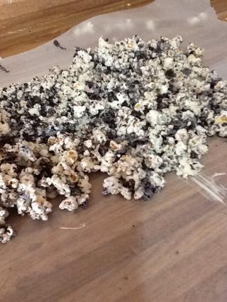 Coloque las palomitas de maíz en un poco de cera de unos 30 minutos de papel por lo que se endurecerá