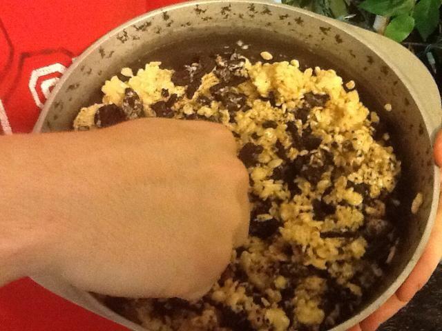 Añadir los Rice Krispies y Oreos. Revuelva para combinar