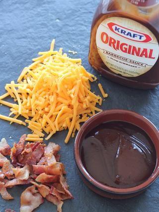 Prepara tus ingredientes: ¼ taza de salsa barbacoa, 1 taza de queso cheddar rallado, y el tocino desmenuzado.