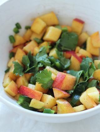 Haga su salsa: mezcle los melocotones, jalapeño y cilantro con jugo de limón 1 cucharada de sal y pimienta al gusto. Deje reposar durante 15-20 minutos.