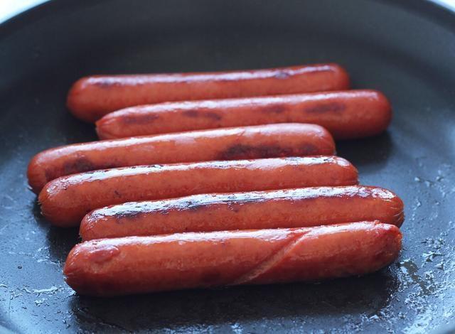 Cocinar sus OSCAR MAYER SELECCIONA pechuga de pollo PERROS CALIENTES: Establecer una sartén de tamaño mediano a fuego medio. Coloque las salchichas en la sartén y cocine durante 6-8 minutos, hasta que dan vuelta perros son crujientes y ligeramente doradas.