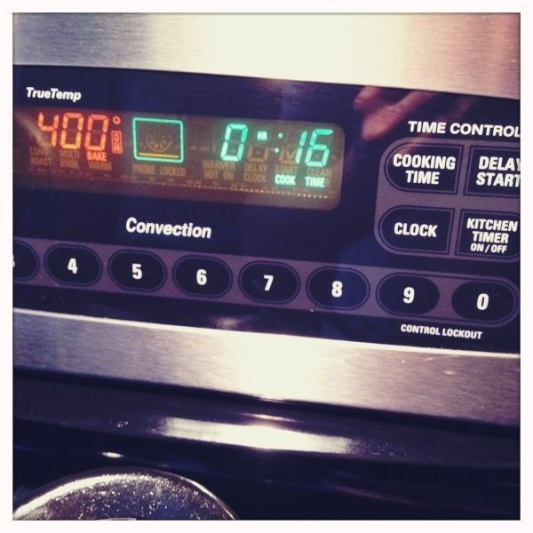 Ponga el tocino en un estante medio de adentro horno, ajuste la temperatura a 400 ° F (no precalentar el horno), y cocer 16-20 minutos.