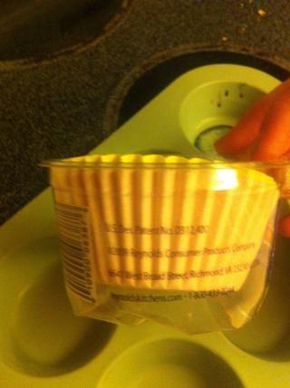 A continuación, pon cubierta de papel de la magdalena en la cacerola de la magdalena.