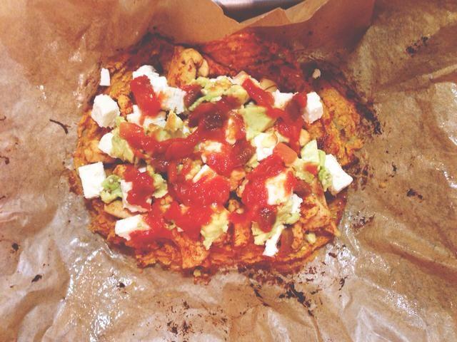 Saque la masa y agregue los ingredientes en la parte superior. Calor por otros 5 minutos a 200 grados celcius