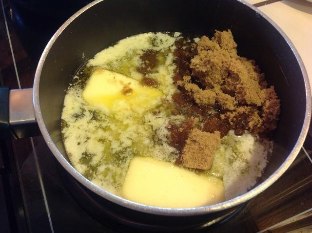 En una cacerola grande, agregar el azúcar morena, la mantequilla, el jarabe de maíz, la sal y la vainilla. Mezclar bien. Hasta que hierva.