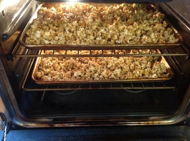 Añadir sartenes para horno de 250 grados precalentado. Revuelva cada 15 minutos durante una hora.