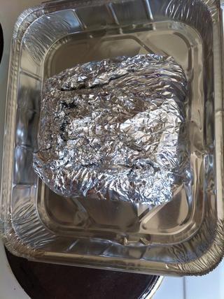 Coloque la carne de cerdo de aluminio envuelto en un plato para horno. Me gusta usar bandejas de aluminio desechables para llevar con a una fiesta. Más fácil de limpiar!