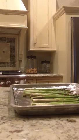 Añadimos el aceite de oliva, lo siento olvidó la palabra cucharas de medir!