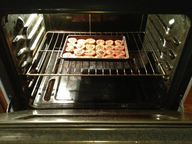 Coloque los tomates en el horno, en el centro, en el estante medio, y dejar de nuevo durante 30-45 min.