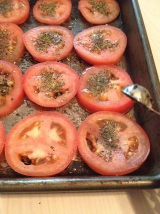 Añadir 1/2 TSP de albahaca a cada tomate.