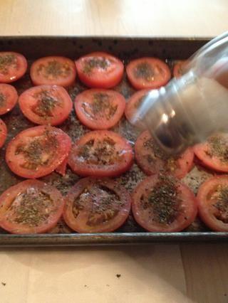 Espolvoree un poco de sal en los tomates.
