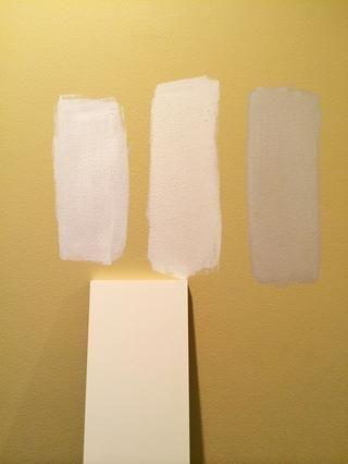 Pinte varios grandes muestras para probarlos en su propio espacio para que pueda ver de qué color funciona mejor con tu luz y carpintería. Pinte los colores de izquierda a derecha: Blanco sobre blanco, cisne blanco y la piedra blanca.