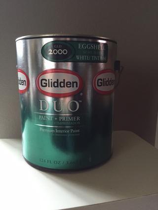 Para nuestro proyecto, hemos seleccionado White Swan por Glidden y tenía que mezcla en la pintura Glidden Duo + Primer con un acabado cáscara de huevo. Usted puede encontrar esta pintura en Home Depot.