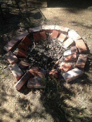 Poner ladrillos de nuevo en un orden agradable y limpiar el pozo de fuego.