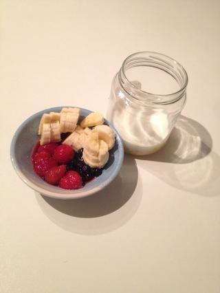 Ahora, cuando el frasco ha estado en un refrigerador durante la noche sacarlo y añadir un poco de bayas, frutas o cualquier cosa que te gusta!