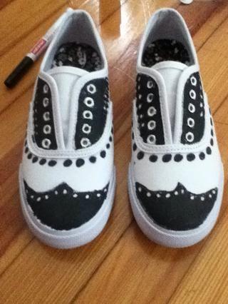 El color en el diseño con pintura Deje que se seque cordón de zapato Entonces, finalmente, poner en