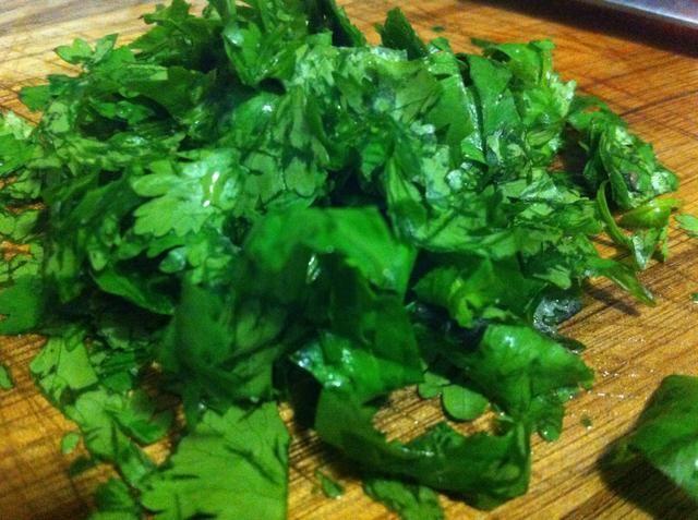 Lavar el cilantro, eliminar de los tallos, cortar
