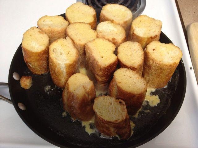 En una sartén caliente con mantequilla, marrón ambos lados.