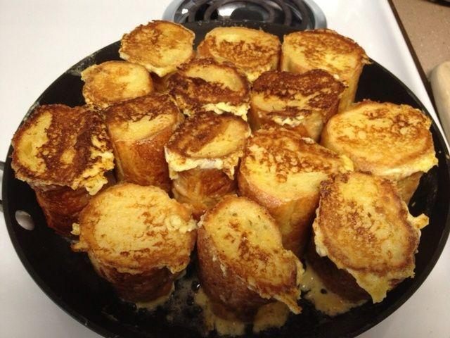 Transferir la sartén para horno en un horno a 400 grados precalentado durante veinte minutos. Calentar el almíbar y chuleta áspera las fresas.