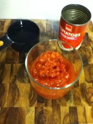 Una lata de tomates picados es un apenas dos tazas. Tener que listo, además de un generoso vaso de agua.