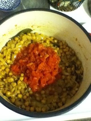 Añadir los tomates ...