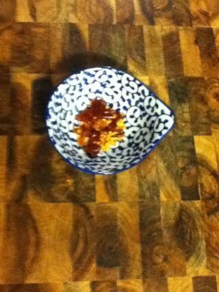 Cuando la cebolla esté casi hecho, rasgar unos cuantos chiles secos ...