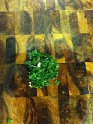 Picar un par de ramitas de menta o cilantro ...