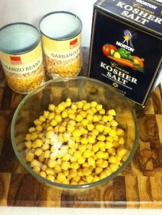 2 latas de garbanzos es un escaso 4 tazas. usted're gonna add a teaspoon of salt, stir, and set aside.