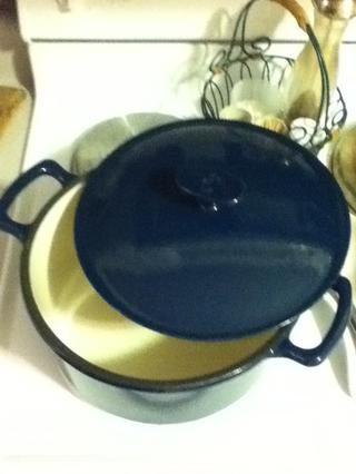 Utilizo mi fundido esmaltado gigantesca olla de hierro pero se puede utilizar cualquier olla pesada grande con una tapa que cierre bien. Si el bote es más pequeña que la mía, puede utilizar un par guisos Pyrex para la parte del horno.