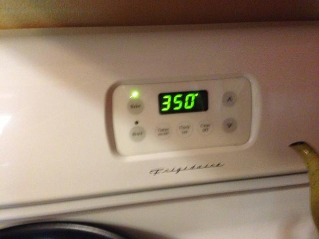 Precaliente el horno a hornear a 350 grados.