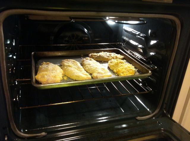 Coloque el pollo en el horno y hornear a 400 grados