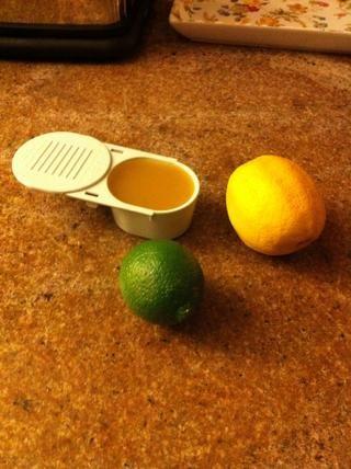 Medir el caldo (yo usé vegetariano porque eso's what I had) and juice the lemon and lime.