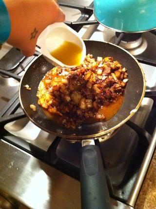 Desglasar la sartén con el caldo de verduras y retirar del fuego.
