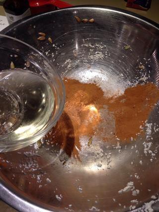En su tazón de fuente original o otro tazón, mezcle las especias, aceite, sal, vainilla y sirope de arce.