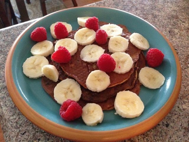 Adorne con la otra mitad de su plátano o cualquier fruta / coberturas que usted prefiere!