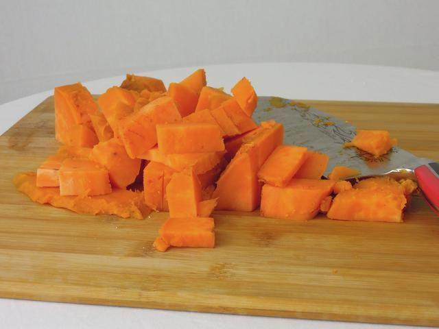 Después de la batata se realiza la cocción .. Pelar y cortar en pedazos de 1/4.