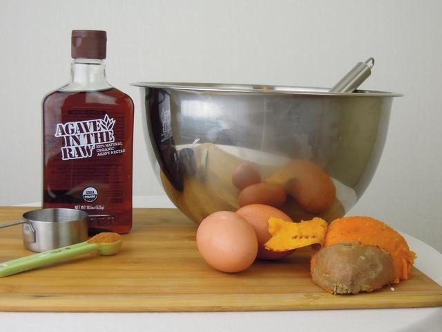 Después de pelar y cortar la patata dulce, se revuelve en el huevo, jarabe de agave, y la mezcla de canela. Ponga recipiente en el refrigerador y deje reposar durante 5-10 minutos. Esto permite que los sabores de agave y canela remojo en.