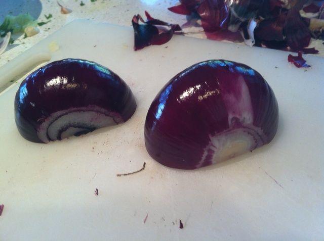 Cebollas rojas: de nuevo, retire la piel y luego reducir a la mitad.