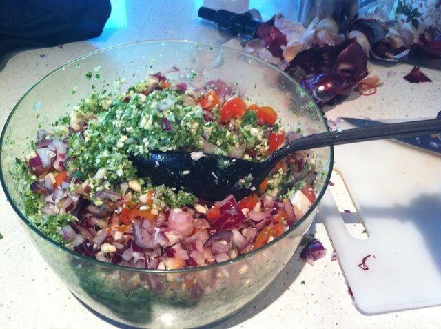 Con una cuchara de ensalada, mezcle los ingredientes juntos para que todo se extiende más o menos uniformemente. Trate de asegurarse de que todo tiene una buena capa de jugo de limón.