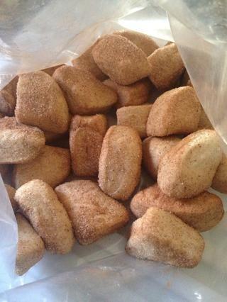 Volcar el azúcar y la canela en bolsa. Tome galletas y colocarlos en una bolsa. Sacudida tiene gusto de usted lo posee -)