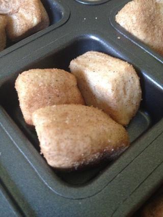 Coloque las tres cuartas partes en cada pocillo de la bandeja de brownie Chef mimado!