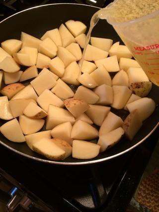 Suba el fuego a medio-alto y vierta 2 1/2 tazas de caldo en la sartén. Guarde la otra mitad