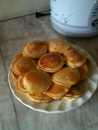 Repita hasta que la satisfacción, o hasta que la masa sea acabada. Don't forget to put butter on the pan each time before you pour the batter - it makes the pancakes taste great and look pretty. There you go :)