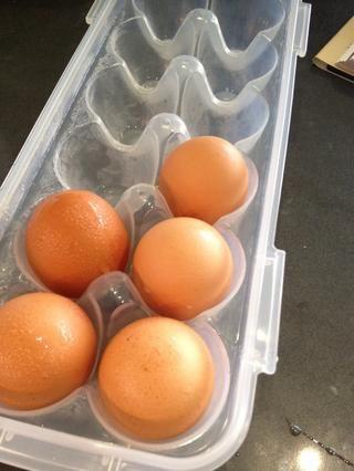 Grieta nueve huevos que separan las claras y las yemas solamente utilizando 8 de las yemas.