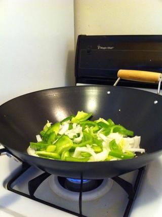 Agregue la cebolla y el pimiento, añadir un poco de sal a la misma (que ayuda a cocinar rápido ??????)