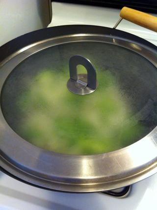 Cubra la sartén para 1min (esto es opcional, aunque la cebolla y el pimiento se cocinan rápido por esta)