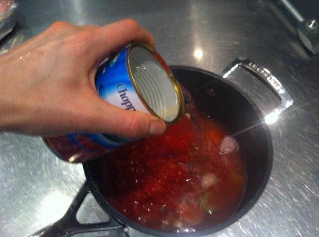 Añadir 2 latas de agua, hirviendo hará que se cocine más rápido, pero el frío está muy bien.
