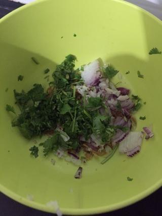 Picar las cebollas y cilantro
