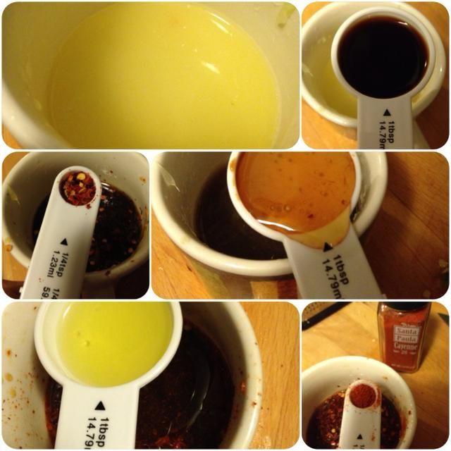 Mezclar el jengibre, 2 jugo de limón, 1 cucharada de miel, 2 cucharadas de aceite de oliva, salsa de soja 2 cucharadas, 1/4 y 1/4 de hojuelas de chile cayenne para hacer el aderezo.