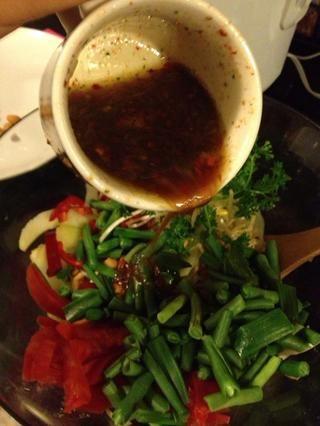 Añadir el tomate en rodajas, cebolla, chile / cayena, brotes de soja, judías verdes (si se utiliza), camarón o tofu (si se utiliza). Verter sobre el vendaje, lanzando bien para combinar.
